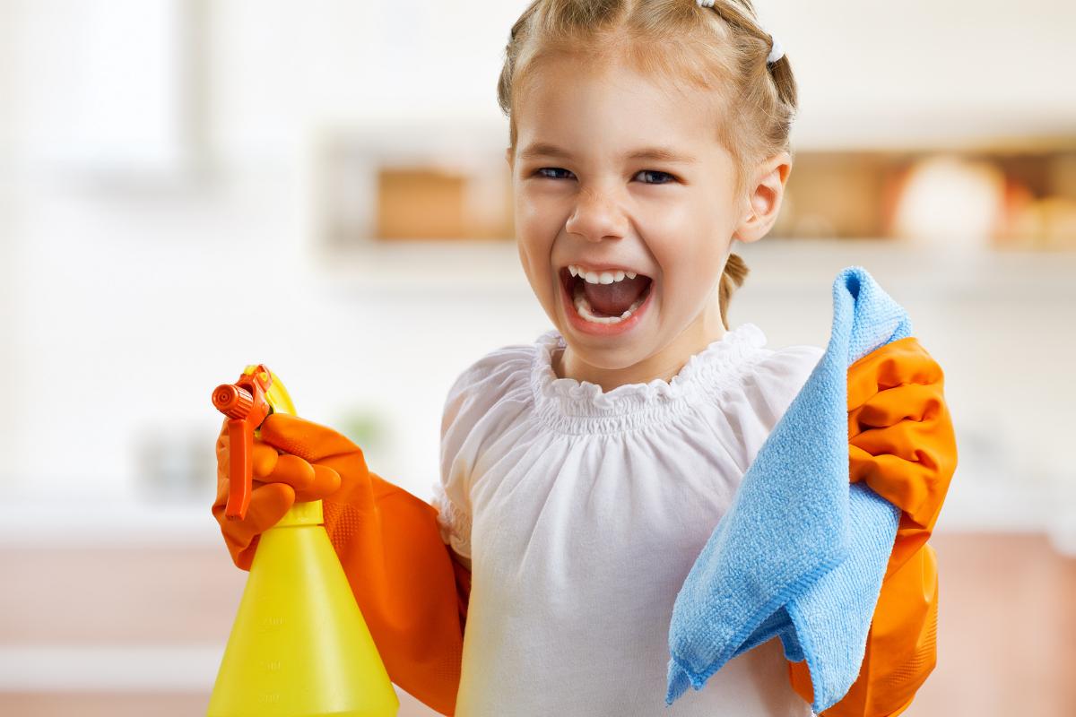 schoonmaken met een poetskar kind
